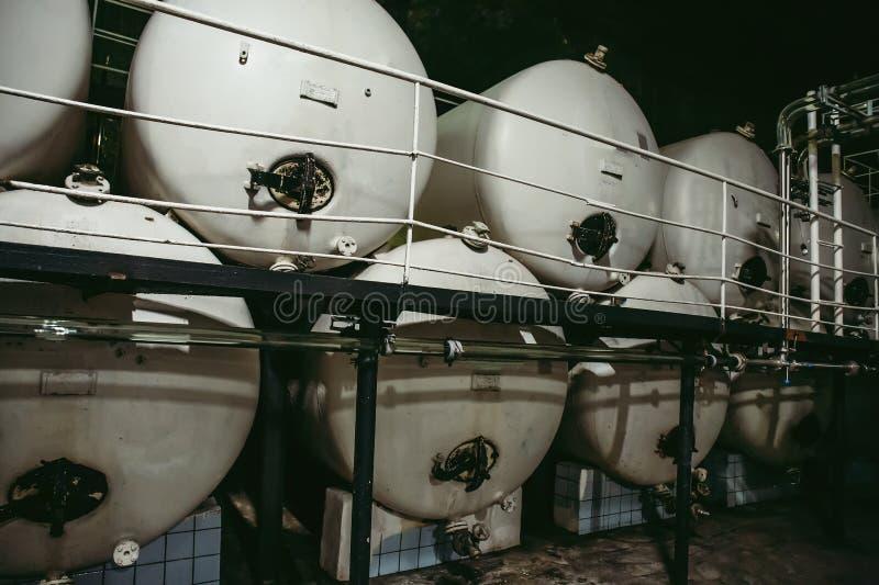 Barils de cuves de stockage d'acier inoxydable ou cuves en métal pour la production vinicole, fermentation industrielle d'alcool images stock