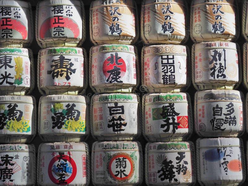 Barils de nihonshu de saké chez Meiji Shrine à Tokyo, Japon images stock