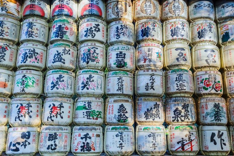 Barils de saké au tombeau de Meiji-jingu à Tokyo photos stock
