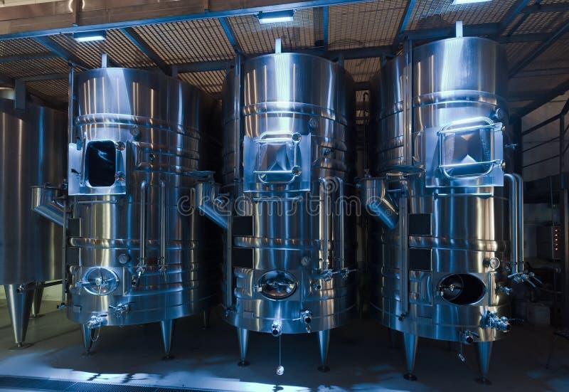 Barils de Stell dans le winemaker images libres de droits