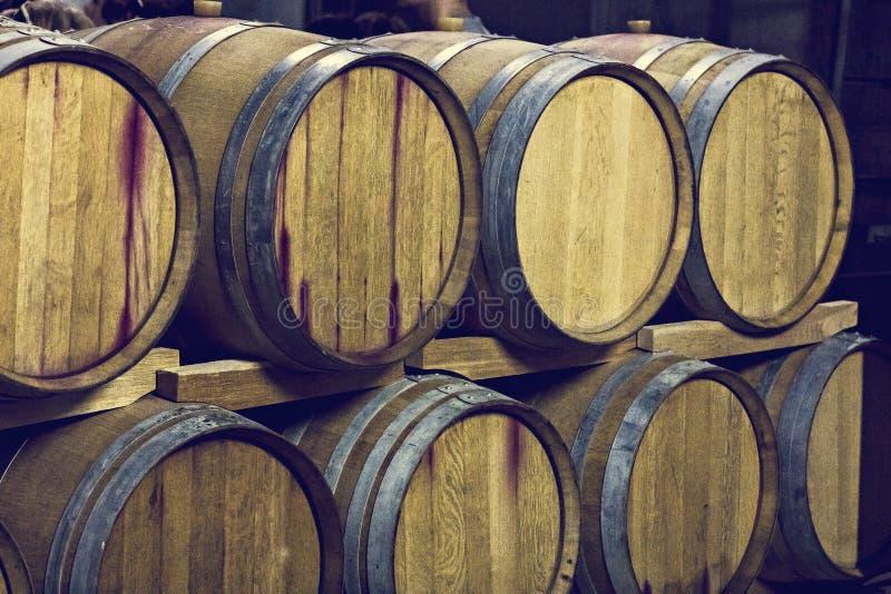Barils de vin Chambre forte de vin photographie stock libre de droits