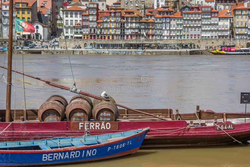 Barils de vin de port sur un bateau à Porto photographie stock