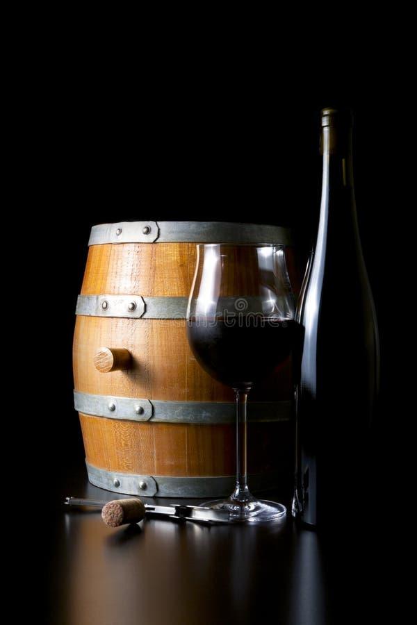 Barils de vin et vin, sur un fond foncé. photographie stock libre de droits