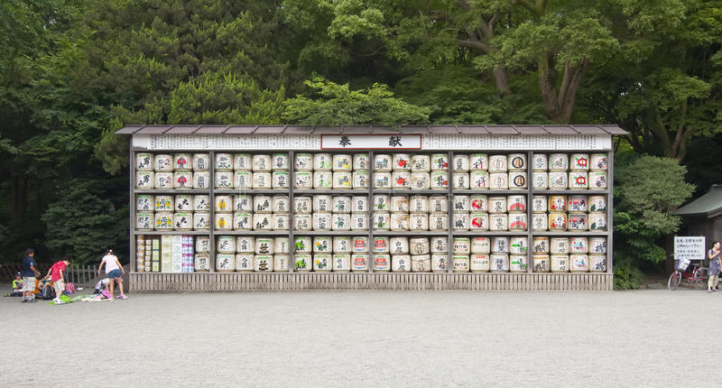 Barils de vin japonais de riz de raison photographie stock