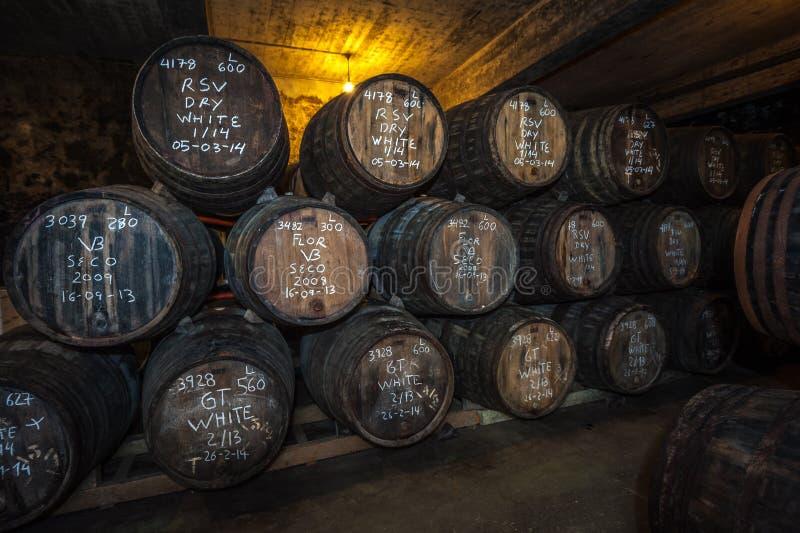 Barils de vin de port dans la cave, Vila Nova de Gaia, Porto, Portugal photos libres de droits