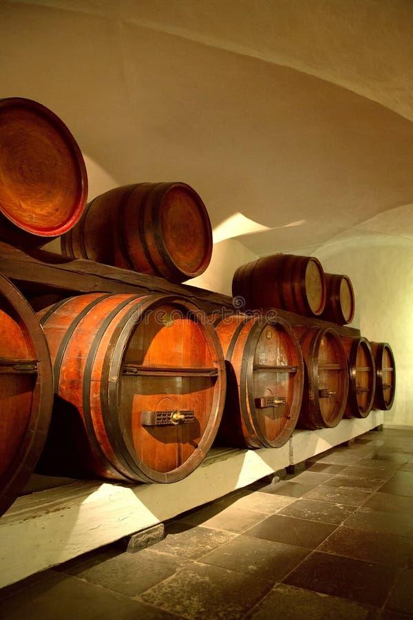 Barils de vin pour le stockage dans la cave traditionnelle image libre de droits