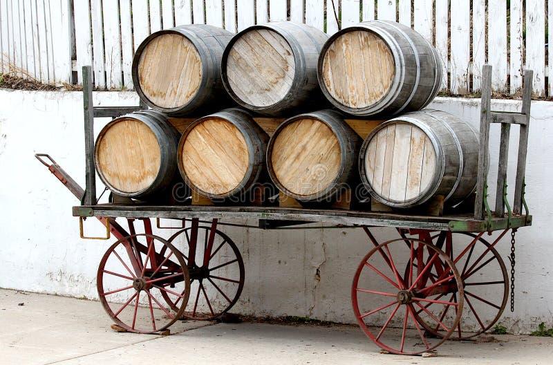 Barils de vin sur le chariot de cru avec l'espace de copie image libre de droits