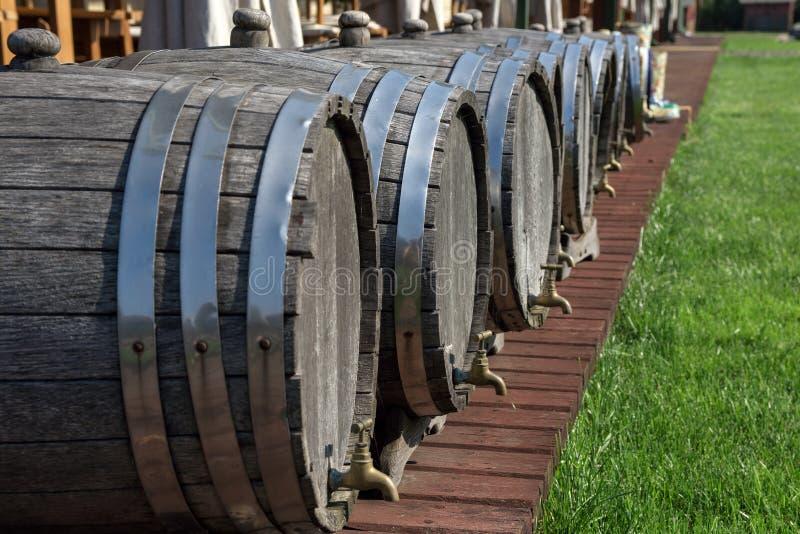 Download Barils De Vin Sur Le Site De Restaurant Photo stock - Image du effectuer, ligne: 77159712
