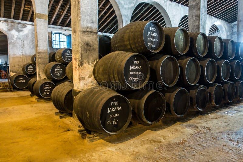 Barils de xérès dans un bodega en Espagne images stock