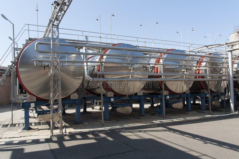 Barils en aluminium modernes pour le vin en photo d'usine de vin image stock