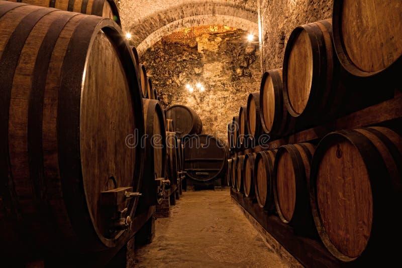 Barils en bois avec du vin photos libres de droits