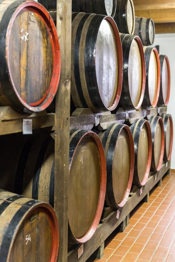 Barils en bois de vinaigre balsamique stockant et vieillissant images stock