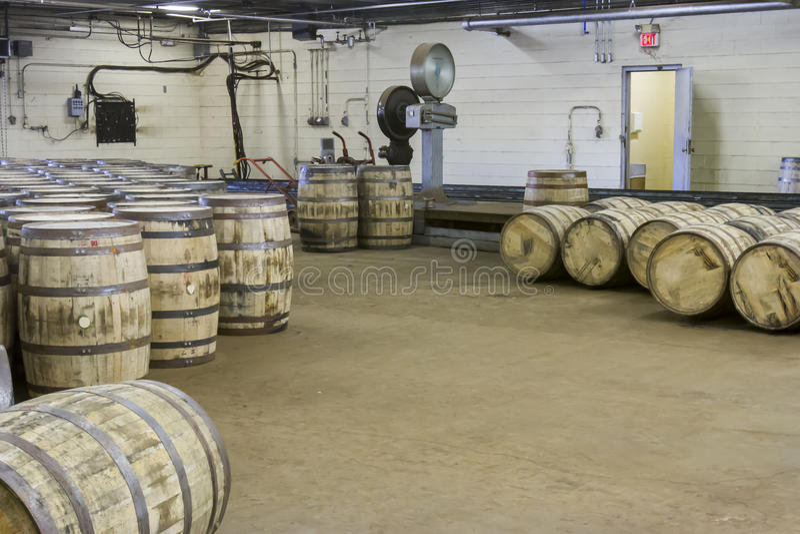 Barils et échelles dans l'entrepôt de bourbon photo stock