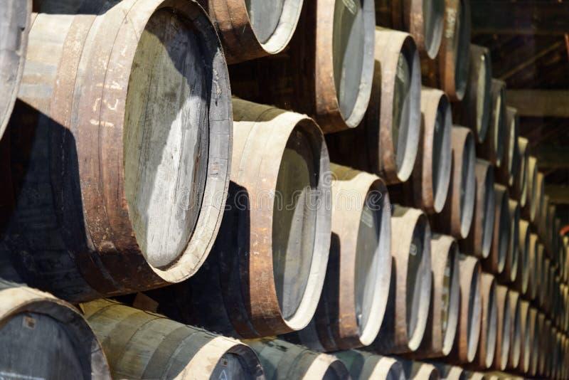 Barils nombreux de chêne empilés photographie stock
