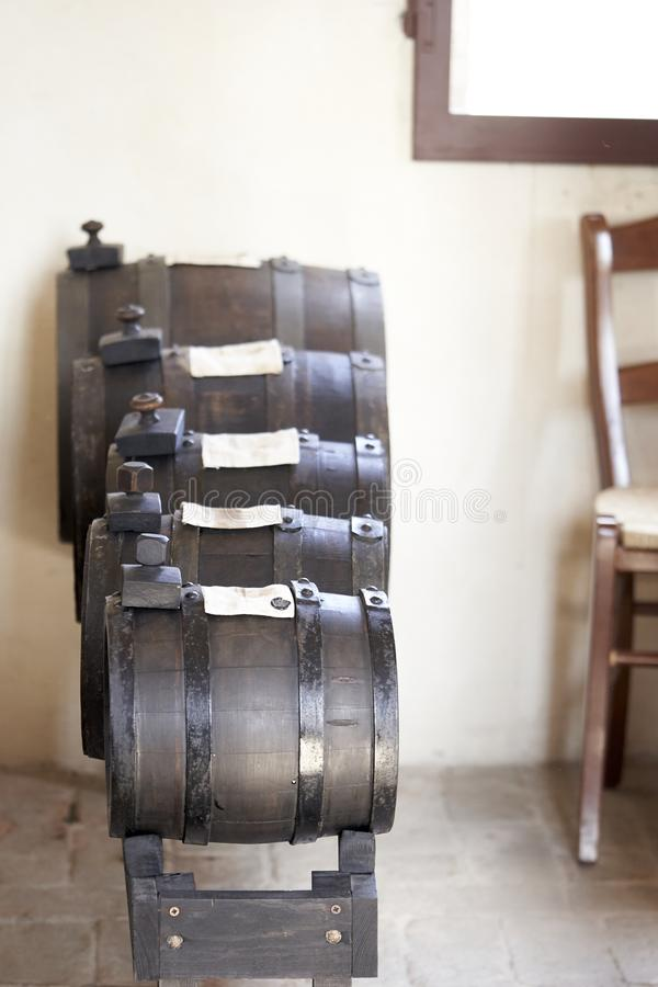 Barils pour le vieillissement du vinaigre photographie stock