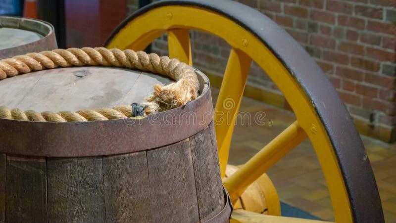 Barils sur le vieux chariot photographie stock libre de droits