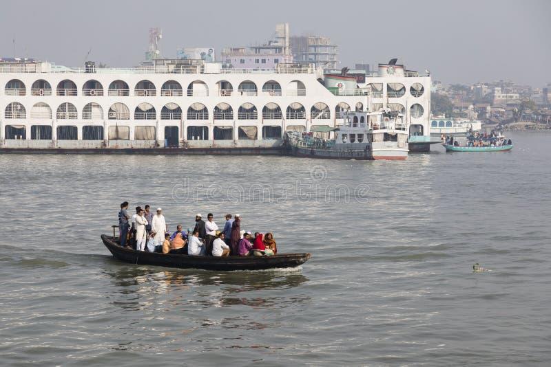 Barisal Bangladesh, Februari 27 2017: Fullsatta vattentaxitransporter i porten fotografering för bildbyråer