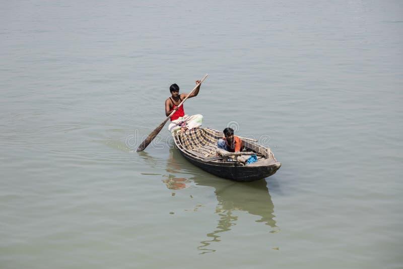 Barisal Bangladesh, Februari 28 2017: Rad för två fiskare i deras lilla fartyg royaltyfri foto