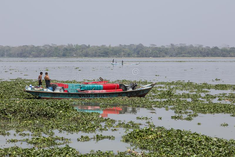 Barisal Bangladesh, Februari 28 2017: Skepp på en flod i Bangladesh royaltyfri bild