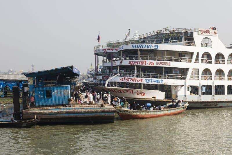 Barisal Bangladesh, Februari 27 2017: Små träfartyg som tjänar som som vattentaxien royaltyfri fotografi