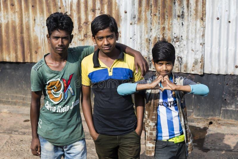 Barisal, Bangladesh, le 27 février 2017 : Pose de trois adolescents au pilier image stock