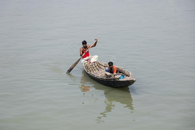 Barisal, Bangladesh, le 28 février 2017 : Rangée de deux pêcheurs dans leur petit bateau photo libre de droits