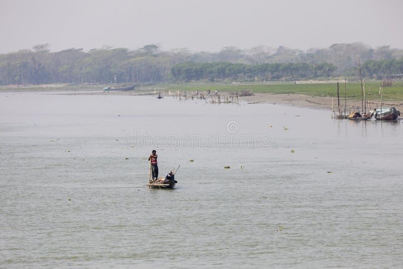 Barisal, Bangladesh, o 27 de fevereiro de 2017: Paisagem tropical do rio fotos de stock royalty free