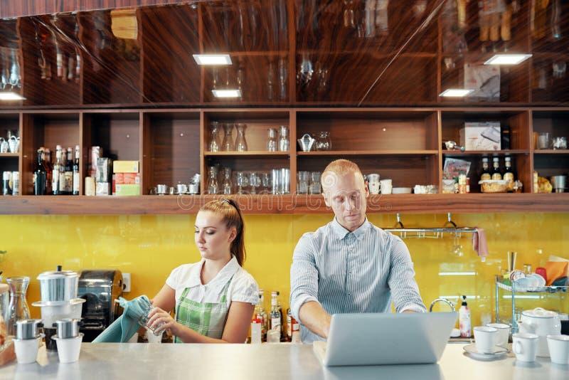 Barista和咖啡馆经理工作的 免版税库存图片