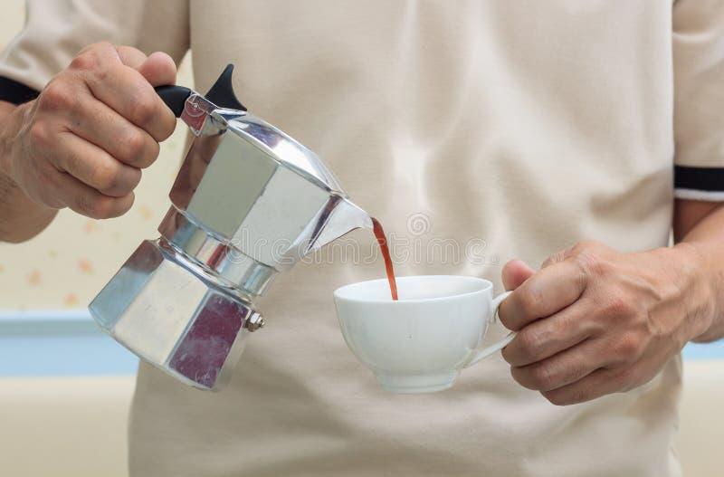 Barista倒咖啡 库存图片