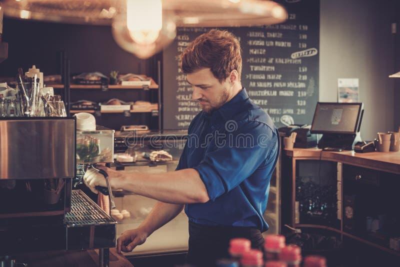 Barista咖啡为咖啡店的顾客做准备 免版税图库摄影