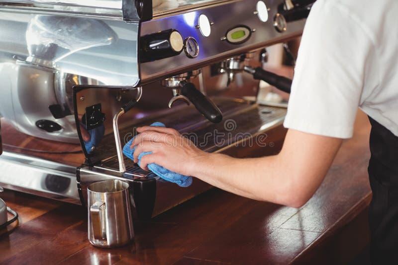 Barista清洁咖啡机器 免版税库存照片