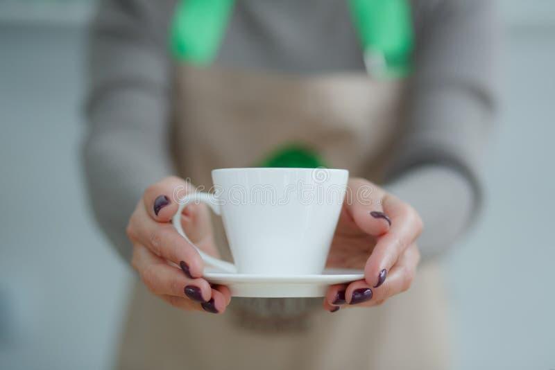 Barista в рисберме в кофейне дать как раз заварило свежий кофе к клиенту стоковое изображение rf