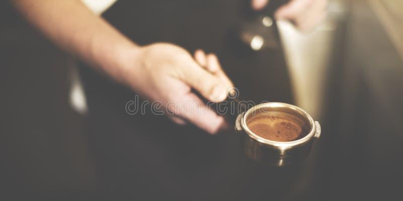 Barista επαγγελματική έννοια αλέσματος καφέ παρασκευάζοντας στοκ εικόνες
