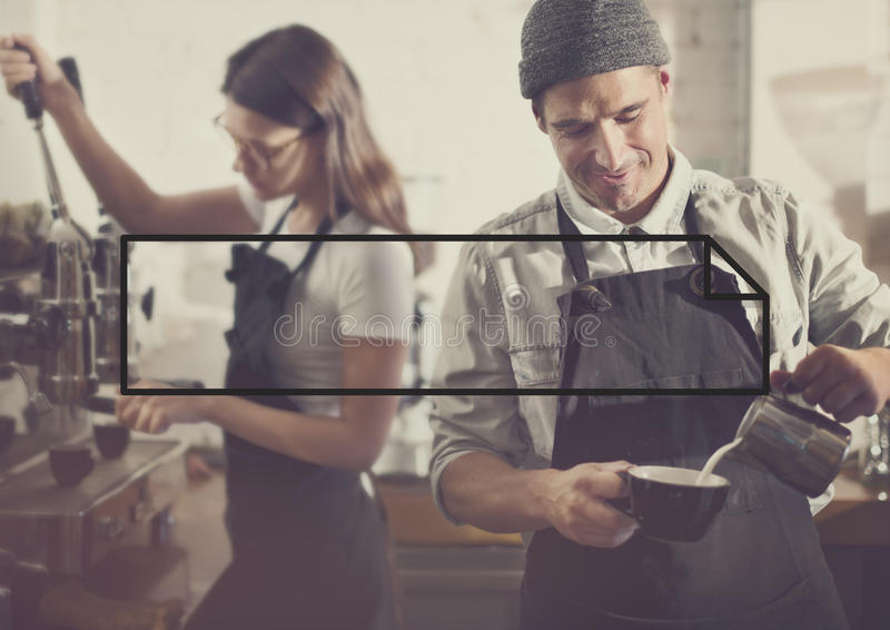 Barista που κάνει την έννοια υπηρεσιών καφέ στοκ εικόνα