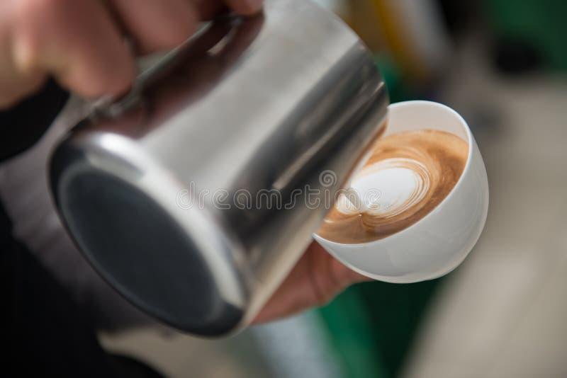 Barista που κάνει τον καφέ σας στοκ φωτογραφίες με δικαίωμα ελεύθερης χρήσης