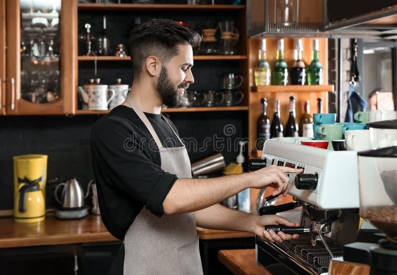 Barista που καθαρίζει portafilter στη μηχανή καφέ στοκ φωτογραφίες με δικαίωμα ελεύθερης χρήσης