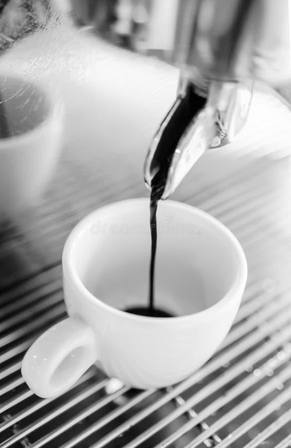 Barista που κατασκευάζει ένα φλιτζάνι του καφέ s στοκ φωτογραφία
