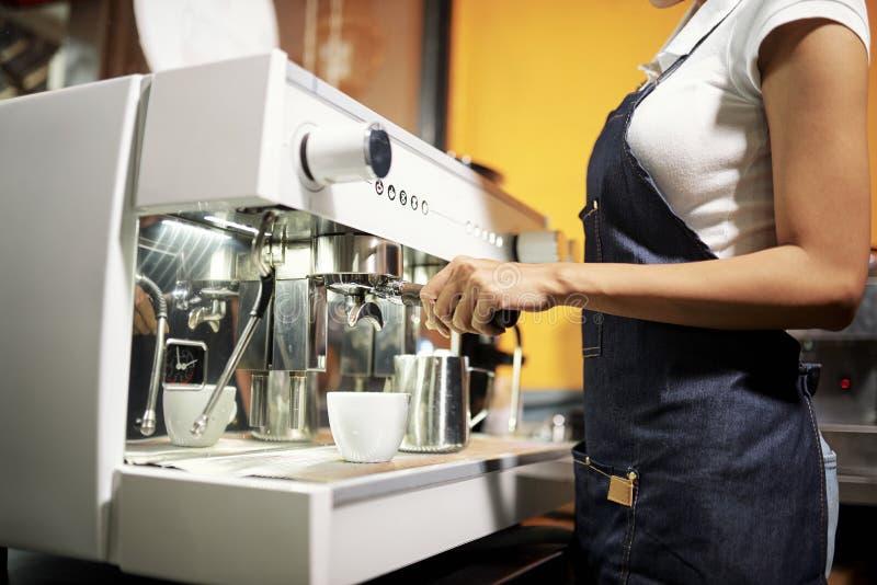 Barista που παρασκευάζει τον καυτό καφέ στοκ εικόνες
