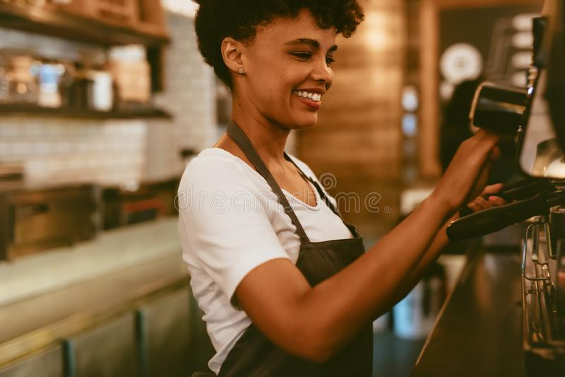 Barista που προετοιμάζει έναν καφέ στοκ φωτογραφίες