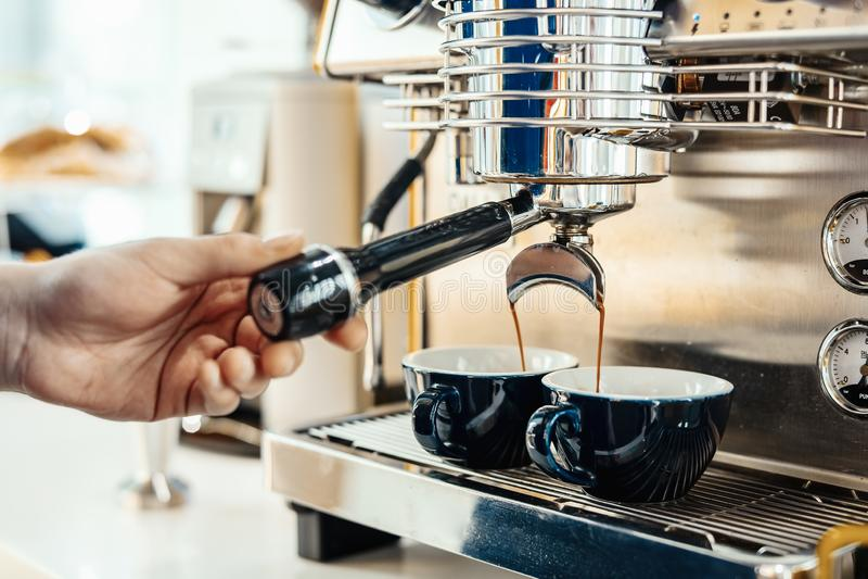 Barista που προετοιμάζει το cappuccino με τη μηχανή καφέ Έννοια προετοιμασιών καφέ στοκ φωτογραφία με δικαίωμα ελεύθερης χρήσης