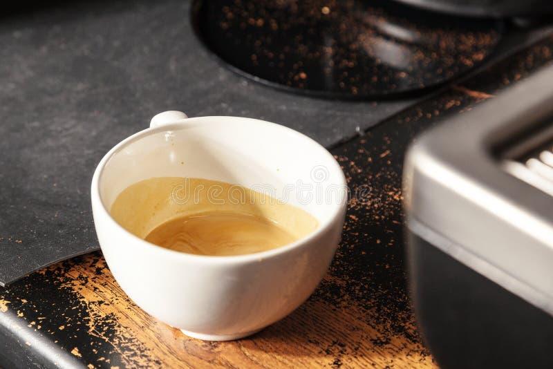 Barista που προετοιμάζει το cappuccino με τη μηχανή καφέ Έννοια προετοιμασιών καφέ στοκ εικόνες