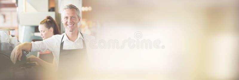 Barista που χαμογελά στη κάμερα στοκ φωτογραφία