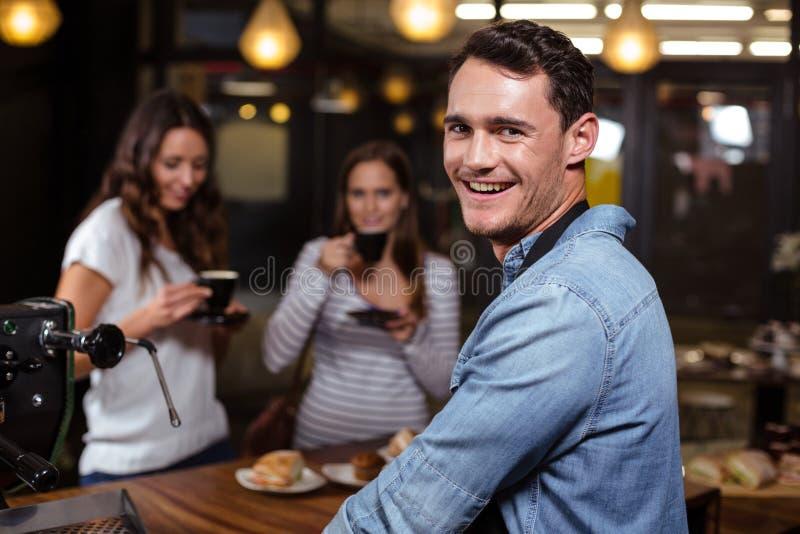 Barista χαμόγελου που εξετάζει πίσω τη κάμερα στοκ φωτογραφίες με δικαίωμα ελεύθερης χρήσης