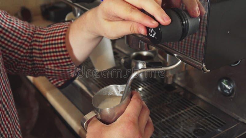 Barista делает кипеть молоко для капучино стоковое изображение rf