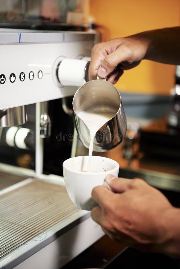 Barista делая кофе с молоком стоковая фотография rf