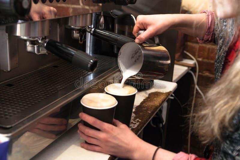 Barista делая свежий на вынос кофе Взгляд конца-вверх на руках с portafilter, концепцией обслуживания подготовки кофе barista стоковые изображения