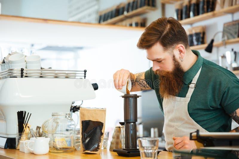 Barista делая кофе стоковые фотографии rf