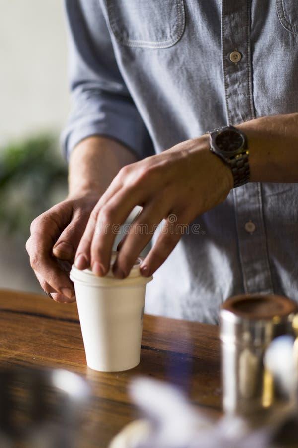 Barista подготавливая кофе для того чтобы пойти стоковое фото rf
