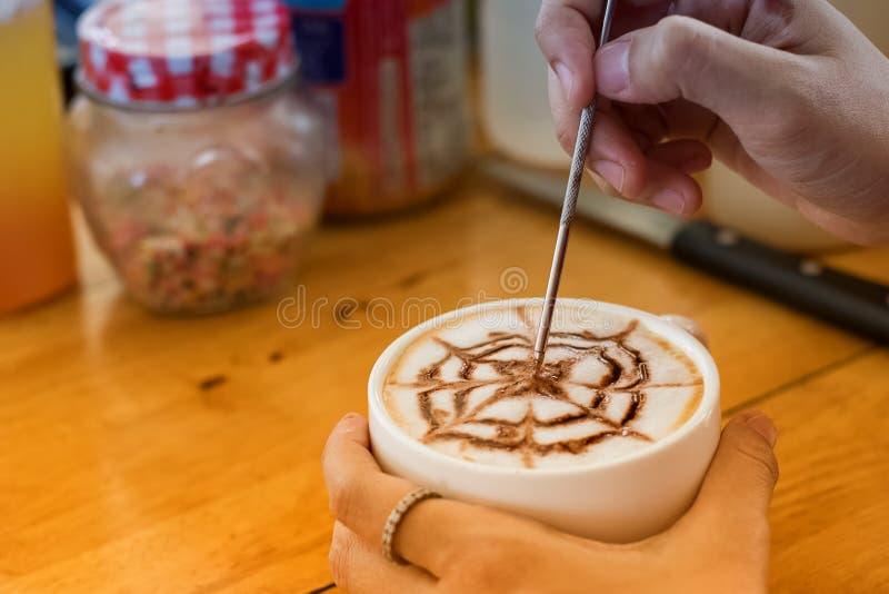 Barista создает искусство latte в latte чашки кофе стоковая фотография rf