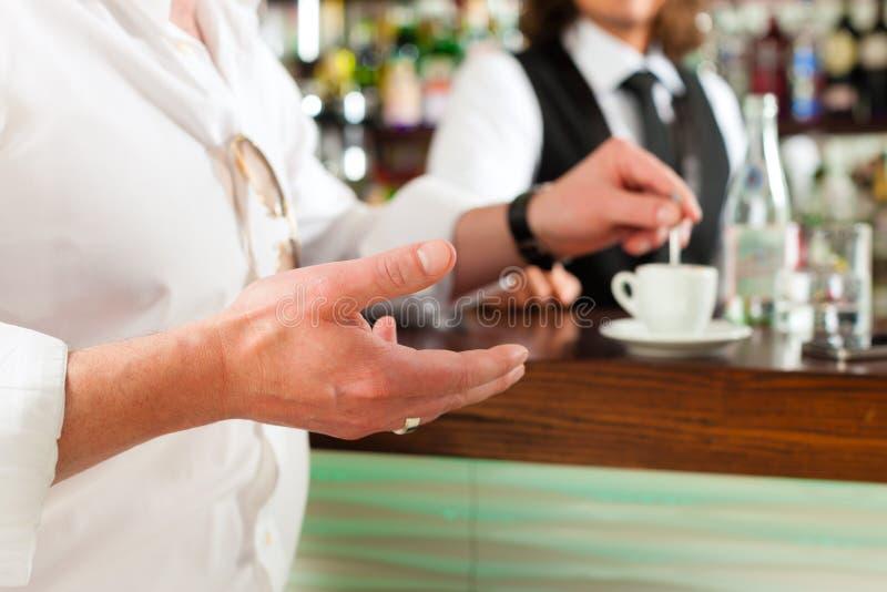 Barista avec le client dans son café ou coffeeshop image stock